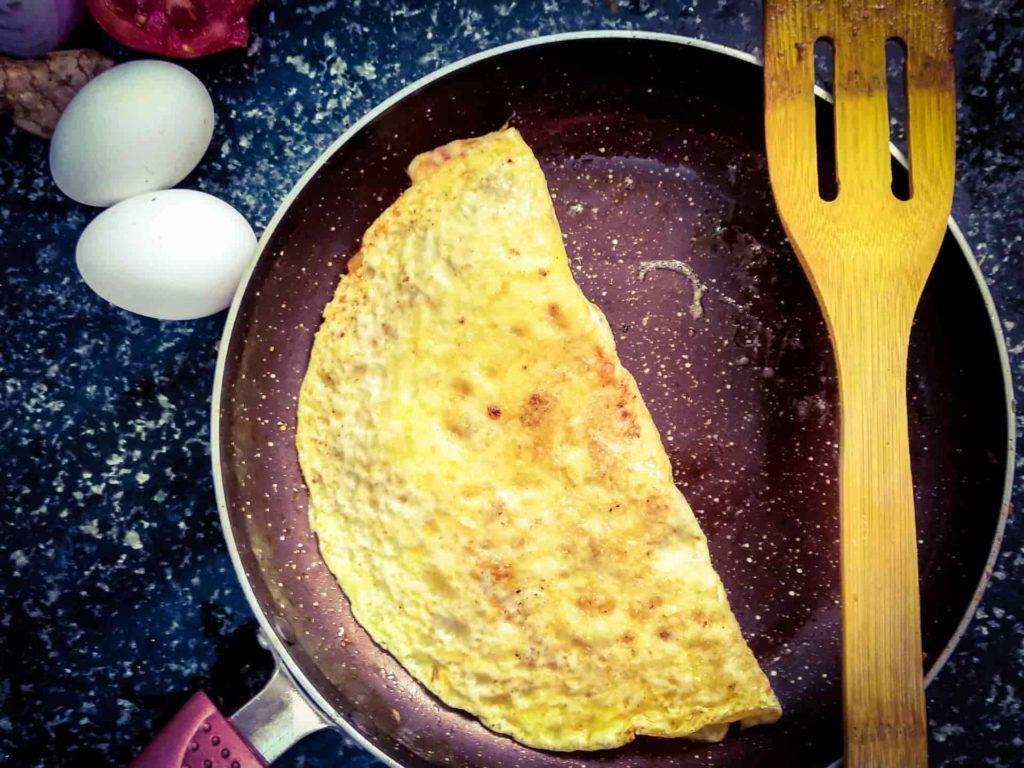 омлет из яиц на сковородке
